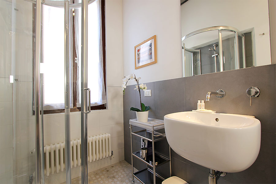 Photo 12 of 15 - Ormesini, Bathroom with shower