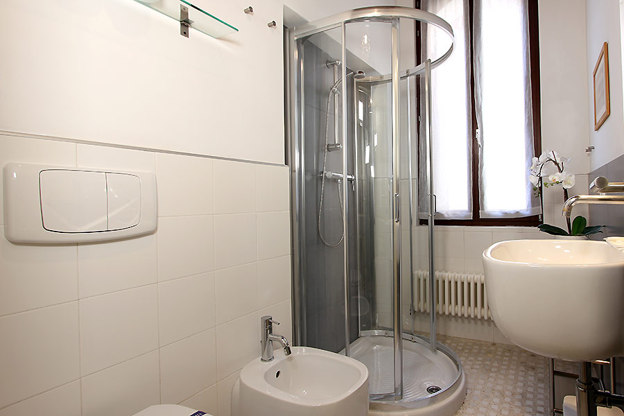 Photo 13 of 15 - Ormesini, Bathroom with shower