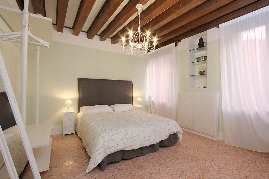 Photo 1 of 13 - San Marco Canal, Bedroom