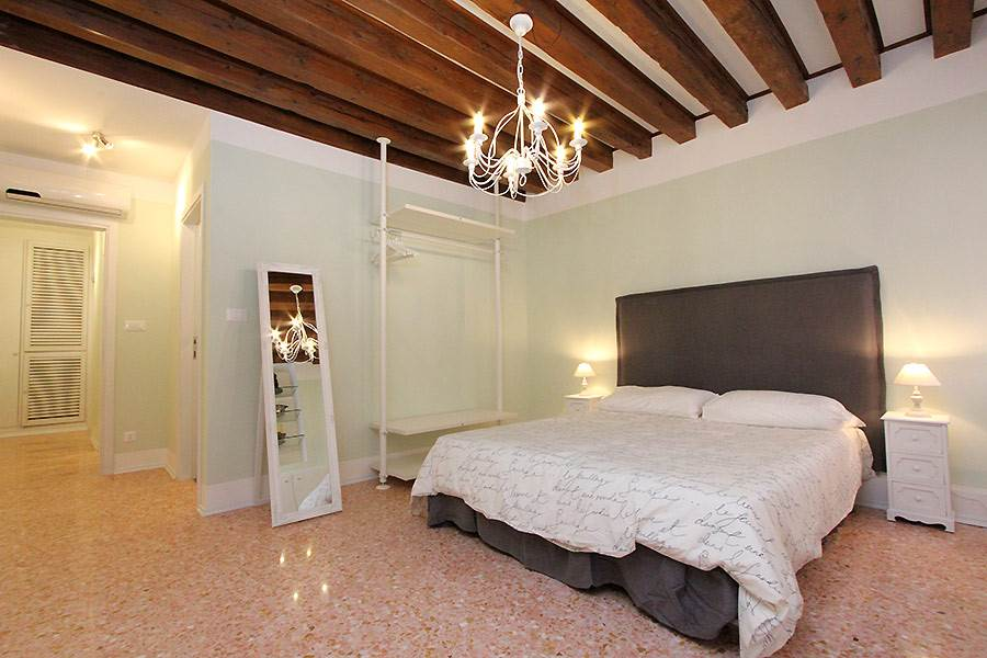 Photo 8 of 13 - San Marco Canal, Bedroom