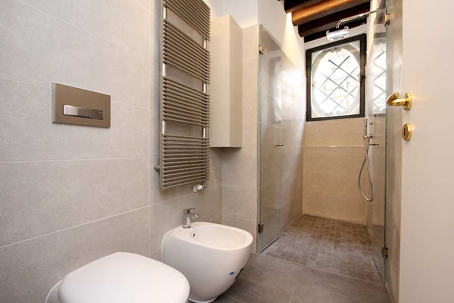 Photo 10 of 11 - San Polo Canal View, Bathroom