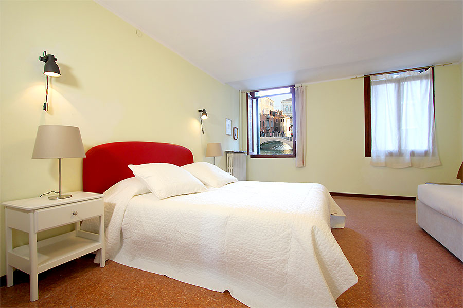 Photo 1 of 11 - Santa Fosca Canal View, Double Bedroom