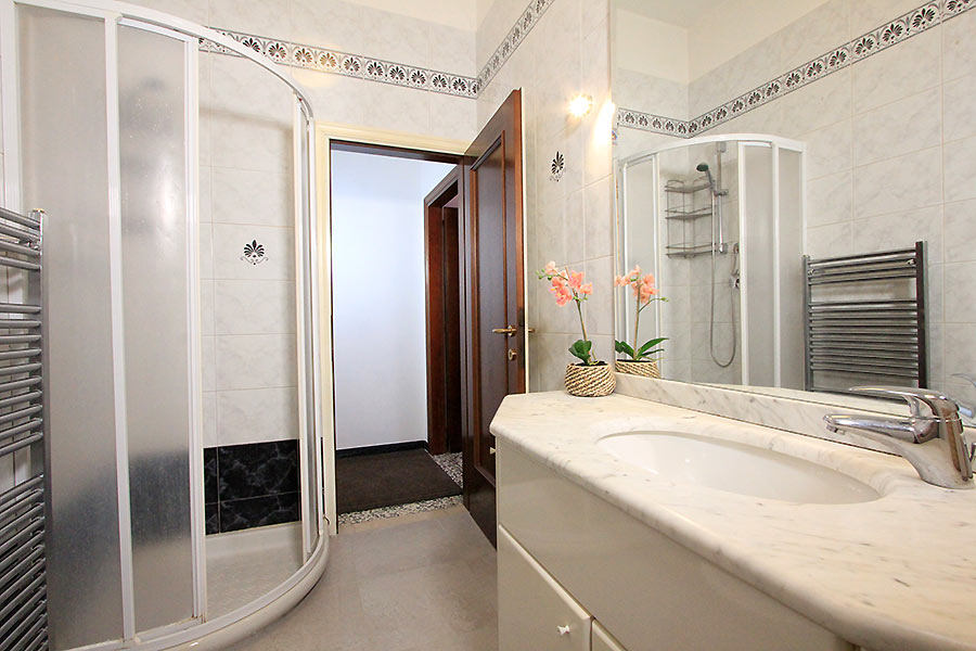Photo 10 of 13 - Vivaldi, Bathroom with shower