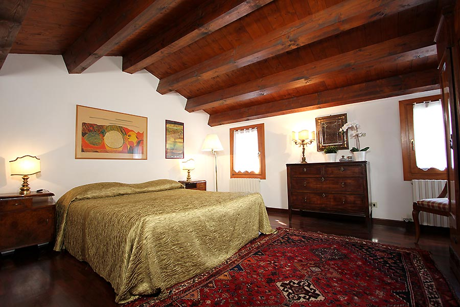 Photo 8 of 12 - Frari Canal View, Double Bedroom