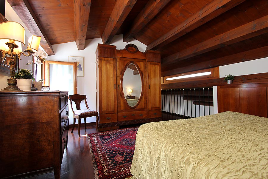 Photo 9 of 12 - Frari Canal View, Double Bedroom