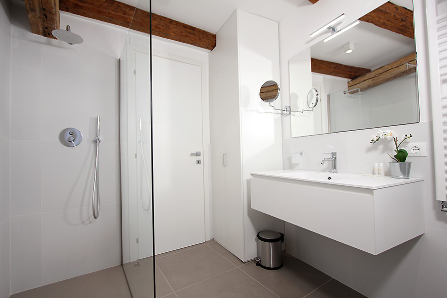 Photo 9 of 22 - Residence dei 3 Artisti, Bathroom with shower