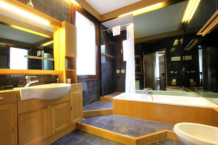 Photo 6 of 12 - Bellini, Bathroom